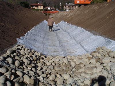 Protezione idraulica di canale con MATERASSI METALLICI e rivestimento antierosivo RECS IDRO - posa e riempimento dei materassi